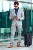 Urban business man with laptop outside in airport — ストック写真