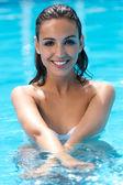 Красивая девушка позирует в бассейне. — Стоковое фото