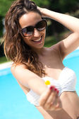 Beautiful girl posing at the swimming pool. — Stock Photo