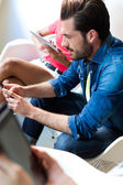 Giovani uomo d'affari utilizzando il telefono cellulare. — Foto Stock