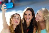 Groep vrienden nemen selfie in de straat. — Stockfoto