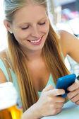 Belle jeune fille s'amuser avec smartphone. — Photo