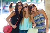 Grupo de hermosas jóvenes en la calle. día de compras. — Foto de Stock