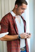 携帯電話でエレガントな若いハンサムな男. — ストック写真