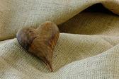 Corazón de madera sobre arpillera — Foto de Stock