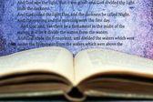 открытое библии — Стоковое фото