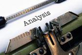 Texto de análisis sobre la máquina de escribir — Foto de Stock
