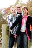 橋の上の幸せな家族 — ストック写真