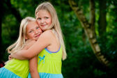 обнимая близнецов — Стоковое фото
