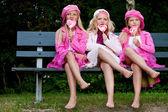 3 zusters eten een lolly — Stockfoto