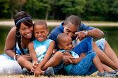 楽しいを持っているアフリカの家族 — ストック写真