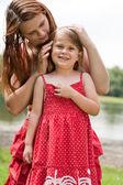 Mor omsorg sin dotter — Stockfoto