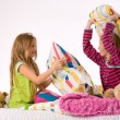 The girls pillow fight - Foto Stock