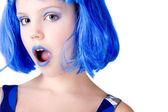 戴着蓝色的假发的女孩 — 图库照片