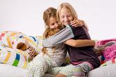 обнимая сестры — Стоковое фото