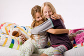 Knuffelen zusters — Stockfoto