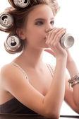 Ragazza che beve da una lattina — Foto Stock