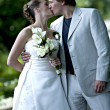 Wedding couple kissing — Stockfoto