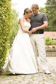 Casal de noivos posando — Fotografia Stock