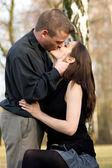 Ung kyssande par — Stockfoto