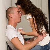 是爱舔在他鼻子上的年轻夫妇 — 图库照片
