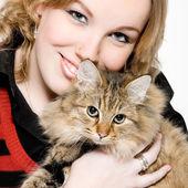 Retrato de una mujer rubia rizada con lindo gatito — Foto de Stock
