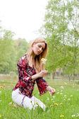 Douce jeune fille avec une fleur — Photo