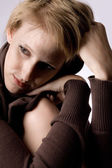 Söt och vacker flicka i ett turtle neck tröja tänkande — Stockfoto
