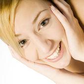 Studio porträtt av en lycklig ung blond kvinna — Stockfoto