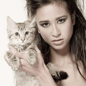 Mixed raced young beauty and the kitten — Stock Photo