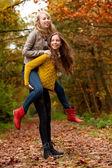 Nastolatki zabawy w lesie — Zdjęcie stockowe