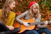 Hrál na kytaru v lese — Stock fotografie
