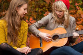 Sing a song with the guitar — Stock Photo