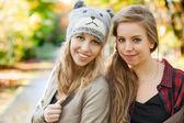 Flickvänner i höst — Stockfoto