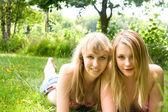 2 glada tjejer — Stockfoto