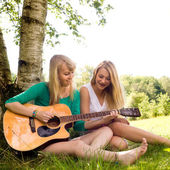 Girls and the guitar — Stock Photo