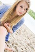 Kum uzun saçlı kız — Stok fotoğraf