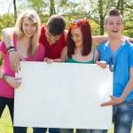 juventud con una cartelera envasador — Foto de Stock