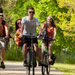 groep van tieners op de fiets — Stockfoto