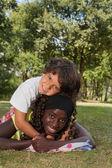 Beau petit garçon et sa soeur noire — Photo