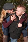 счастливая пара в лесу — Стоковое фото