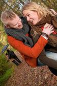 若いカップルが雨の中で楽しんでください。 — ストック写真