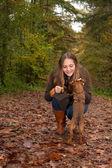 ładny dziewczyna i jej pies litle — Zdjęcie stockowe