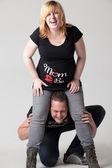 Smiling pregnant couple — Stockfoto
