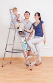 Pared de pintura joven pareja en el hogar — Foto de Stock