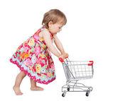 маленькая девочка, толкает тележки — Стоковое фото