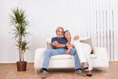Lyckligt leende äldre par — Stockfoto
