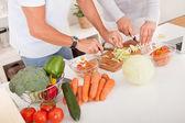 Couple d'âge mur, préparer un repas — Photo