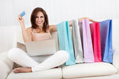Sorridente femmina lo shopping online — Foto Stock