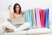 Sourire féminin de magasinage en ligne — Photo